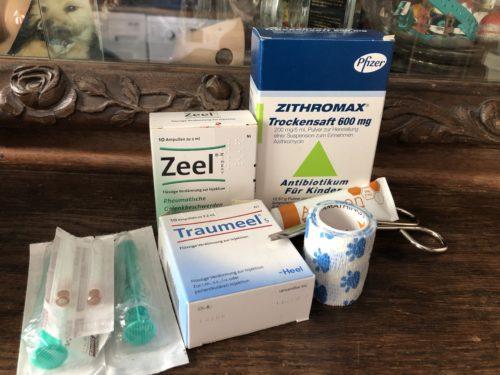 Injektionsspritzen, Zeel & Traumeel Ampullen, Zithromax, Manukahonig & Verbände
